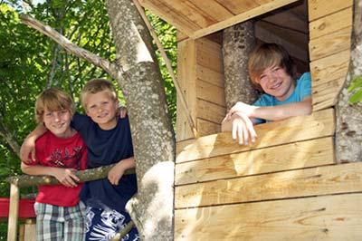 Baumhaus bauen im Ferienlager in Brandenburg